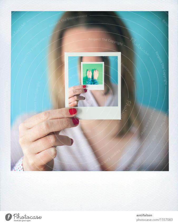 Remix | derinderinderinderin feminin Frau Erwachsene Leben Kopf Haare & Frisuren Hand Finger 1 Mensch 30-45 Jahre Polaroid Bluse blond langhaarig festhalten