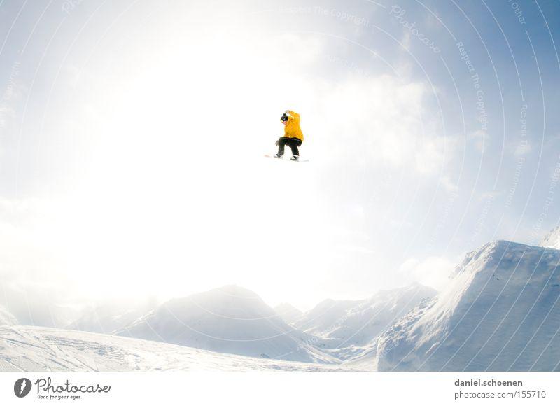 ins Licht (Teil 3) Winter Snowboard Wintersport Freude Wolken Berge u. Gebirge Schnee Aktion Wintersonne Gegenlicht 1 extrem hoch weit Mut gelb
