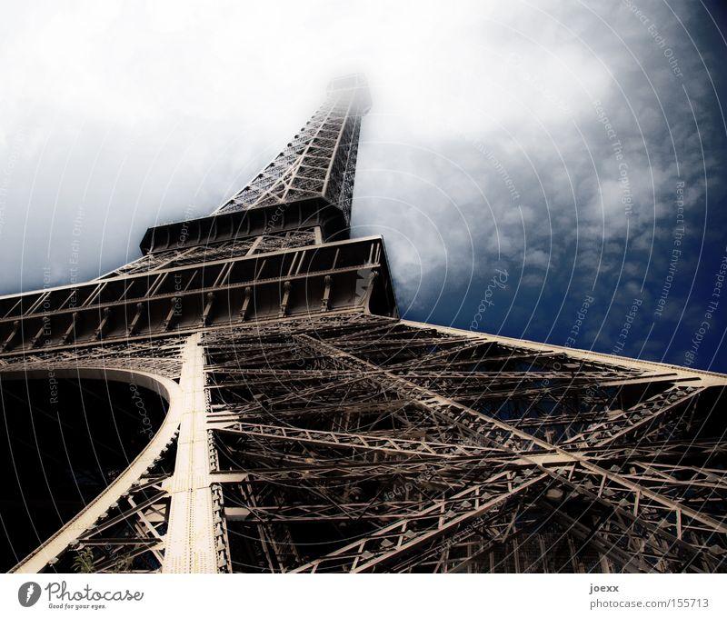 Historischer Wolkenkratzer alt Himmel Hochhaus Haus Perspektive Kunstwerk Turm Paris Denkmal Frankreich historisch Wahrzeichen Gerüst Tour d'Eiffel
