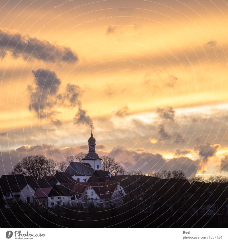 Abendlicht Natur Landschaft Urelemente Himmel Wolken Sonnenaufgang Sonnenuntergang Sonnenlicht Sommer Herbst Schönes Wetter Hügel Dorf Kleinstadt Haus Kirche