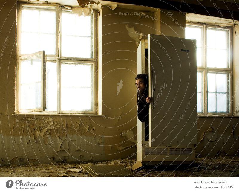 KUCKUCK Kühlschrank Eis kalt schäbig Gebäude Fenster Sonnenlicht Verfall verfallen Mann Schatten Blick verstecken Schutz Hallo Küche