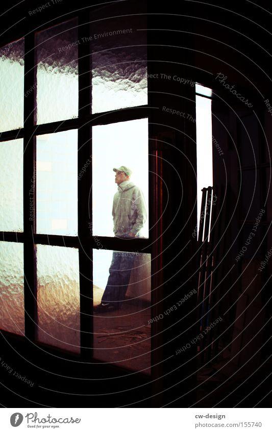 ABWARTEN Mensch Jugendliche Einsamkeit Fenster warten dreckig Glas Tür stehen Körperhaltung Freizeit & Hobby Vergänglichkeit verfallen Fensterscheibe Scheibe Treppenhaus