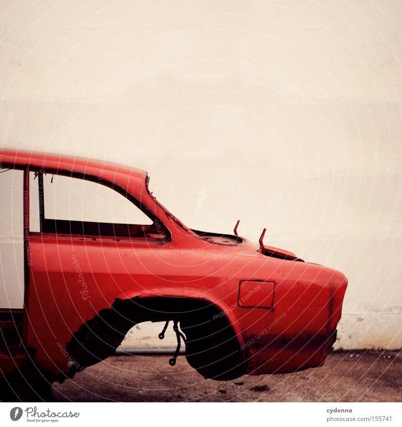 Auf den Schrott fliegen alt rot Bewegung PKW Verkehr KFZ Vergänglichkeit Müll obskur Fahrzeug Schweben Rahmen Rest Schrott fehlen roh