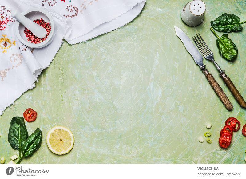 Kochen Hintergrund mit rustikalen Besteck , Kräuter und Gewürze Gesunde Ernährung Leben Speise Foodfotografie Stil Hintergrundbild Design Textfreiraum Tisch