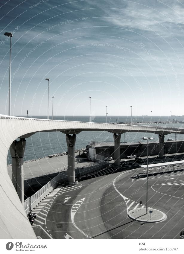 Brücke Hafen Laterne Beton Asphalt kalt Parkplatz leer Meer Wasserfahrzeug Architektur blau grau Verkehrswege