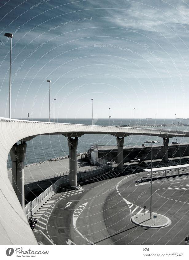 Brücke Meer blau kalt grau Wasserfahrzeug Architektur Beton leer Asphalt Hafen Laterne Verkehrswege Parkplatz