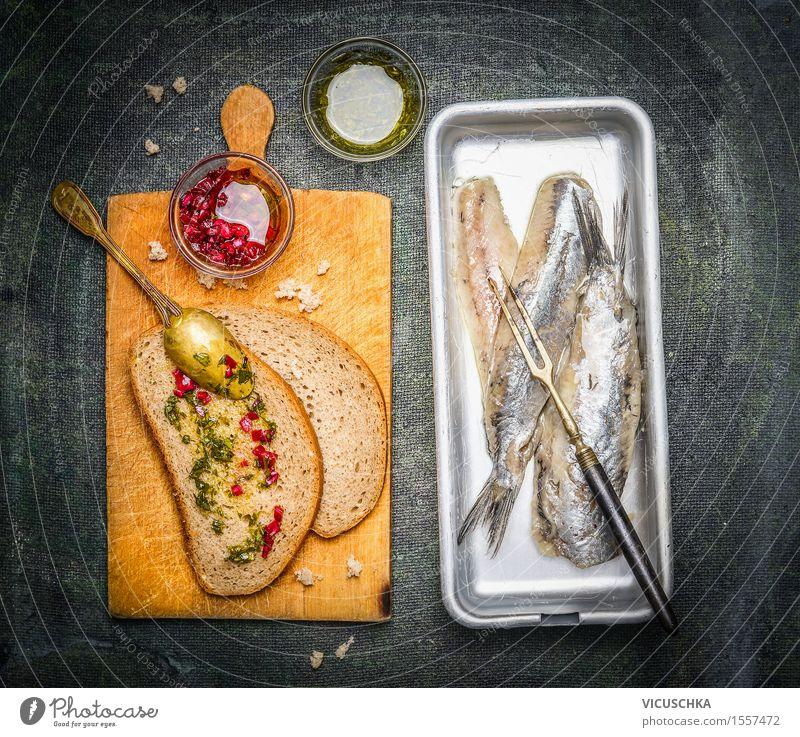 Eingelegte Heringe mit Brotscheiben und Zwiebelsauce Lebensmittel Fisch Kräuter & Gewürze Öl Ernährung Mittagessen Büffet Brunch Festessen Bioprodukte