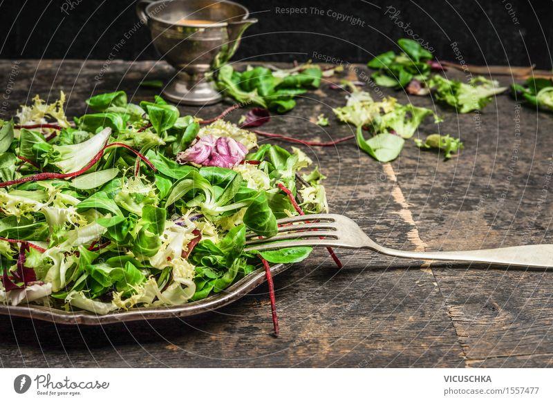 Grüner Salat und Dressing Lebensmittel Gemüse Salatbeilage Kräuter & Gewürze Öl Ernährung Mittagessen Abendessen Büffet Brunch Bioprodukte