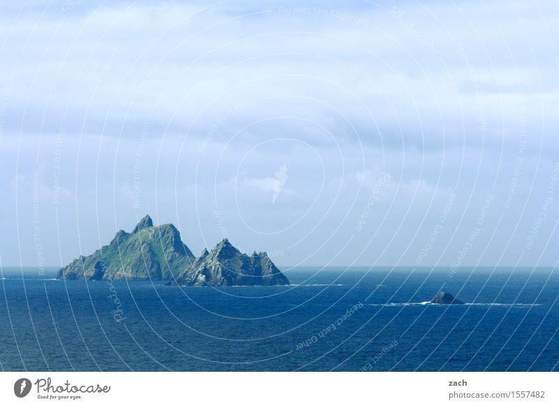 Ein Schritt nur vor uns liegt die See Ferien & Urlaub & Reisen Tourismus Ferne Umwelt Natur Urelemente Wasser Himmel Wolken Felsen Küste Meer Atlantik Insel