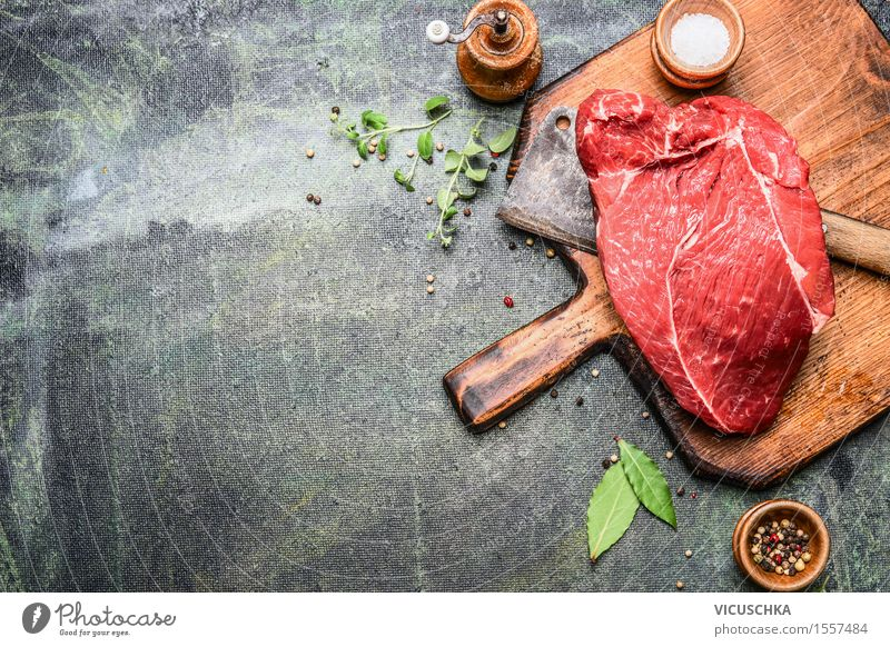 Stück ausgezeichneter Fleisch mit Kräutern und Gewürzen Gesunde Ernährung Stil Hintergrundbild Lebensmittel Design Tisch Kochen & Garen & Backen