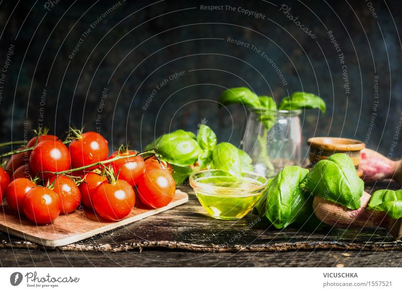 Kirschtomaten mit Öl und Basilikum auf Küchentisch Lebensmittel Gemüse Salat Salatbeilage Kräuter & Gewürze Ernährung Mittagessen Abendessen Büffet Brunch
