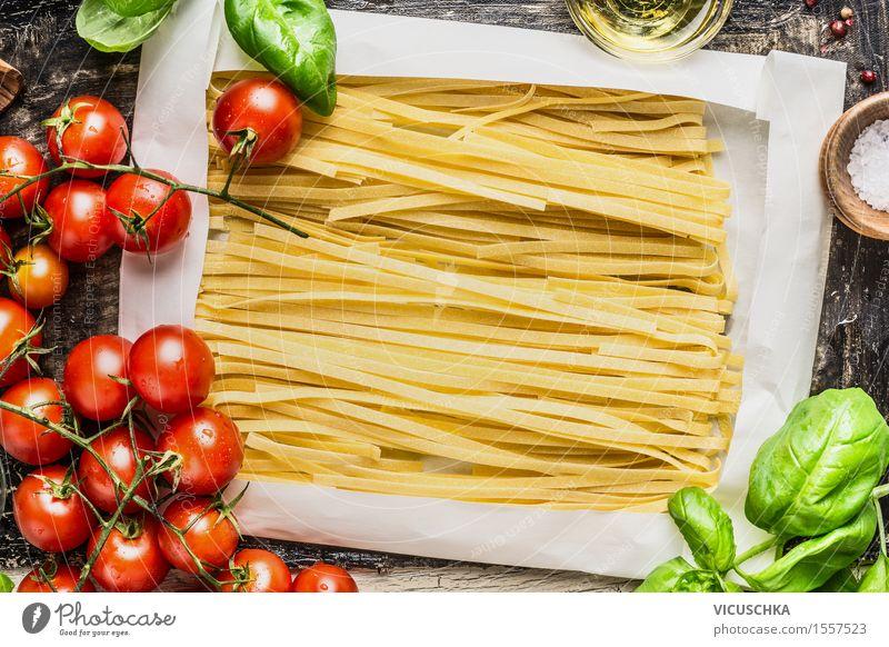 Eiernudeln in Packpapier und frische Zutaten fürs Kochen Lebensmittel Gemüse Getreide Teigwaren Backwaren Kräuter & Gewürze Ernährung Mittagessen Abendessen