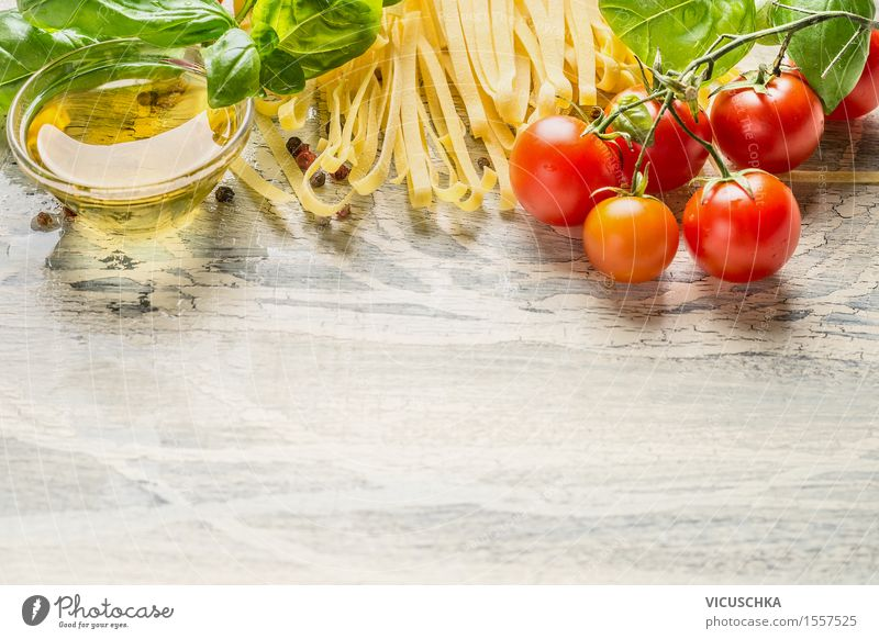 Nudeln mit frischen Zutaten fürs Kochen Lebensmittel Gemüse Teigwaren Backwaren Kräuter & Gewürze Öl Ernährung Mittagessen Abendessen Festessen Bioprodukte