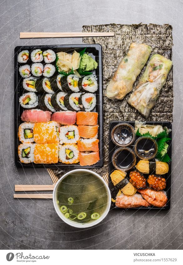 Asian Menü mit Sushi, Reispapier-Sommerrollen und Miso-Suppe Lebensmittel Fisch Meeresfrüchte Ernährung Mittagessen Abendessen Büffet Brunch Festessen