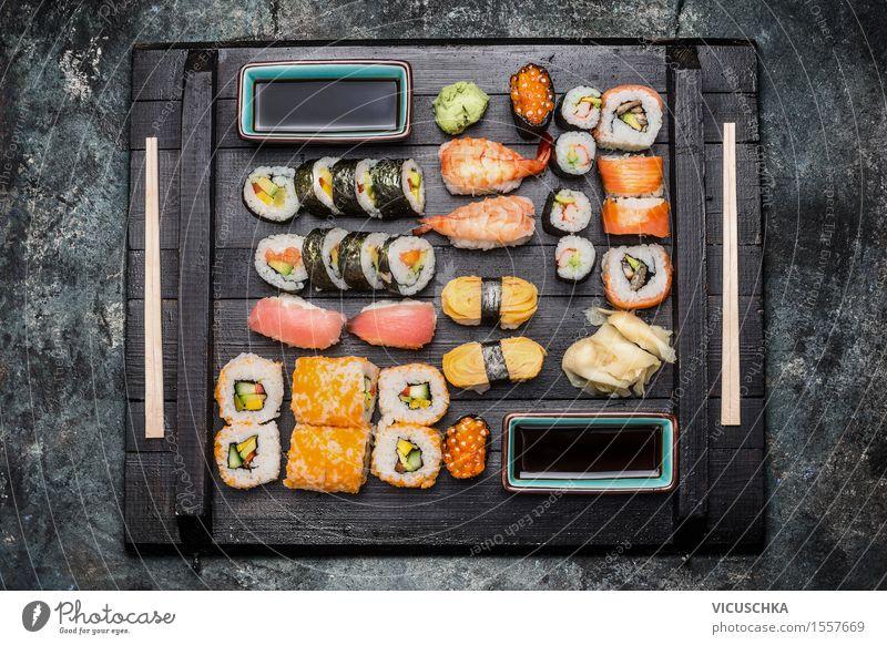 Sushi serviert auf dunkler Holzplate Gesunde Ernährung Speise Essen Foodfotografie Stil Lebensmittel Design Tisch Kräuter & Gewürze Fisch Getreide Restaurant