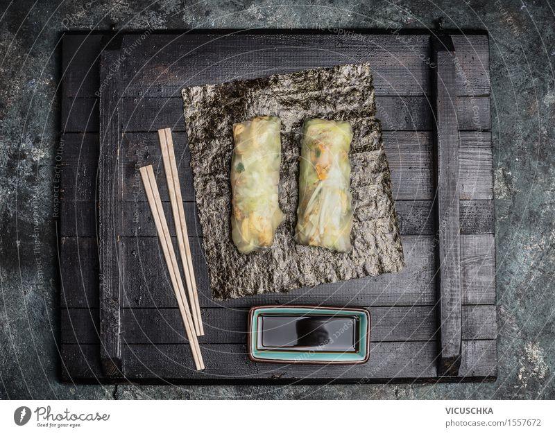 Asiatische Sommer Rolls mit Stäbchen und Sojasoße Gesunde Ernährung Speise Stil Lebensmittel Design Tisch Gemüse Asien Bioprodukte Restaurant