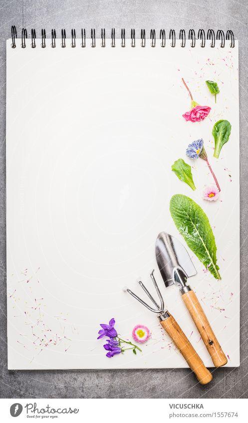Garten Geräte mit Blumenteile auf leerem Notizbuch . Stil Design Sommer Dekoration & Verzierung Natur Pflanze Frühling Blatt Blüte Papier Zettel Zeichen