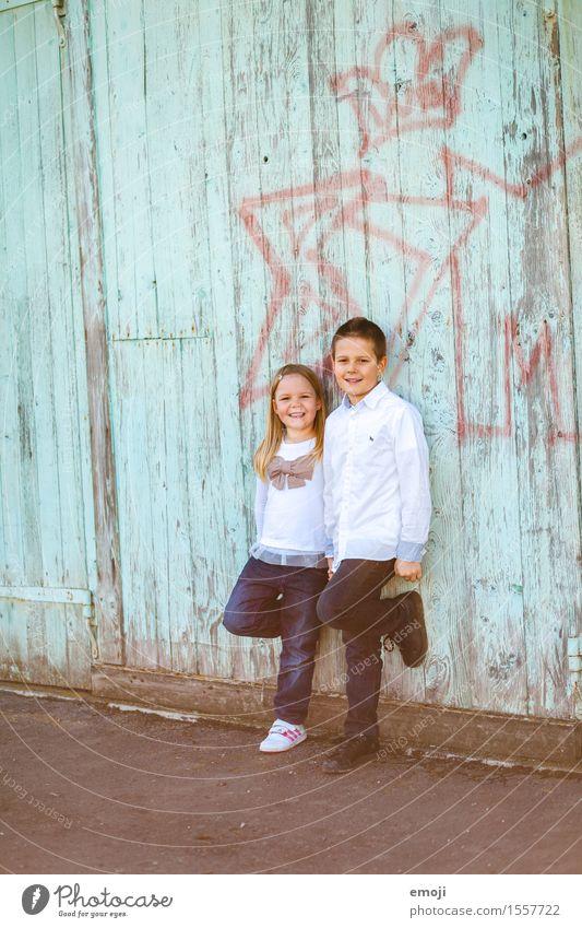 2 Mädchen Junge Geschwister Freundschaft Kindheit Mensch 8-13 Jahre Freundlichkeit Fröhlichkeit Zusammensein Glück lachen Körperhaltung stehen Farbfoto