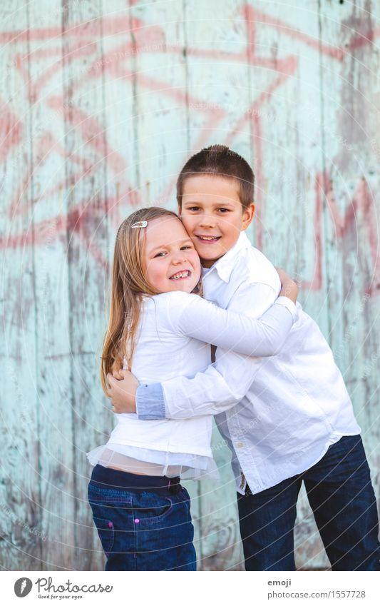 kids maskulin feminin Mädchen Junge Geschwister Bruder Schwester Kindheit 2 Mensch 8-13 Jahre Fröhlichkeit Zusammensein Glück Umarmen Zärtlichkeiten Farbfoto