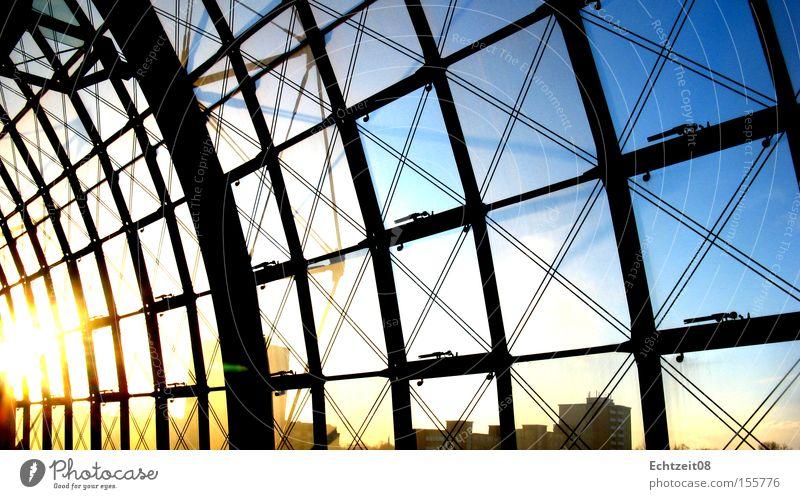 Farbnetz. Himmel Sonne blau schwarz gelb Berlin Industrie Bahnhof Hauptbahnhof