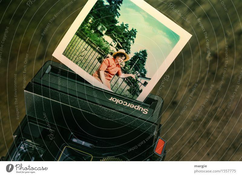 Alte supercolor Kamera mit Foto einer jungen Frau mit Hut Ferien & Urlaub & Reisen Ausflug Sommer Sommerurlaub Haus Fotokamera Technik & Technologie Fortschritt
