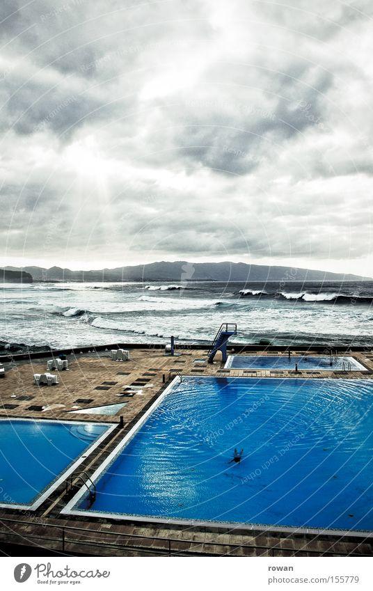 einsamer schwimmer Himmel blau Wasser Ferien & Urlaub & Reisen Meer Strand Wolken Einsamkeit Erholung kalt Küste Wellen Schwimmen & Baden Schwimmbad Wellness