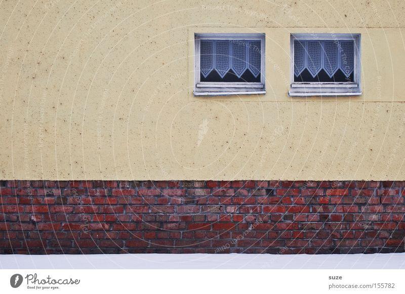 Zwillinge Schnee Haus Mauer Wand Fassade Fenster Backstein alt einfach kalt trist Gardine Putz paarweise Farbfoto Gedeckte Farben Außenaufnahme Menschenleer