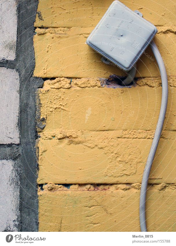 Haus-Schrittmacher Haus gelb Wand grau Stein Mauer Energie Elektrizität Kasten