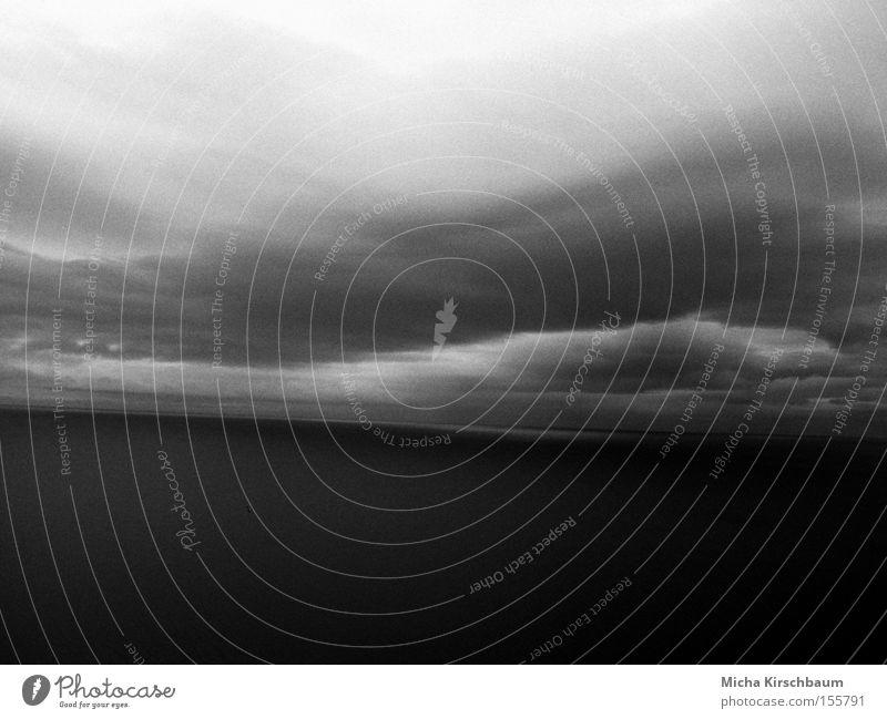 Himmel und Meer Wasser blau schwarz Wolken Landschaft Wetter Horizont Europa Island mystisch Schwarzweißfoto nordisch Meerestiefe körnig