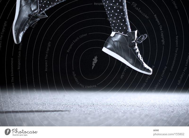Luftspaziergang Spielen Macht Springen fliegen schuhe luft Gefedert Blitz nacht beton schwarz dunkel kraftvoll Kraft Dynamik Energie