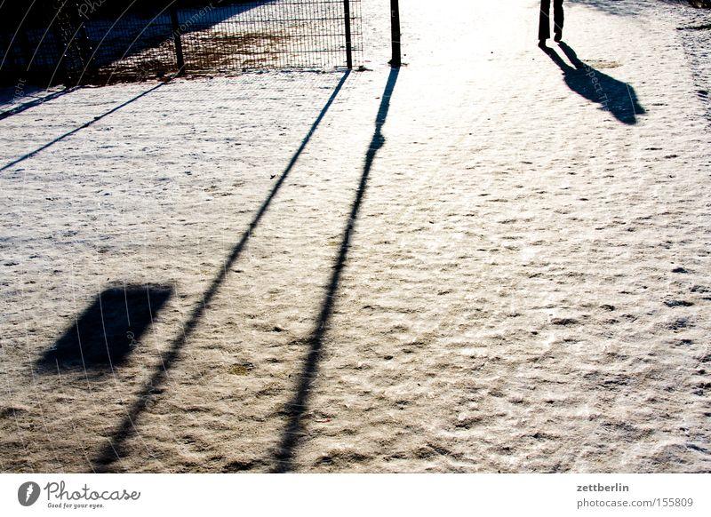 Winter Mensch Sonne kalt Schnee Beine Eis laufen Laufsport Perspektive Spaziergang Verkehrswege Neuschnee Winterdienst Schneedecke