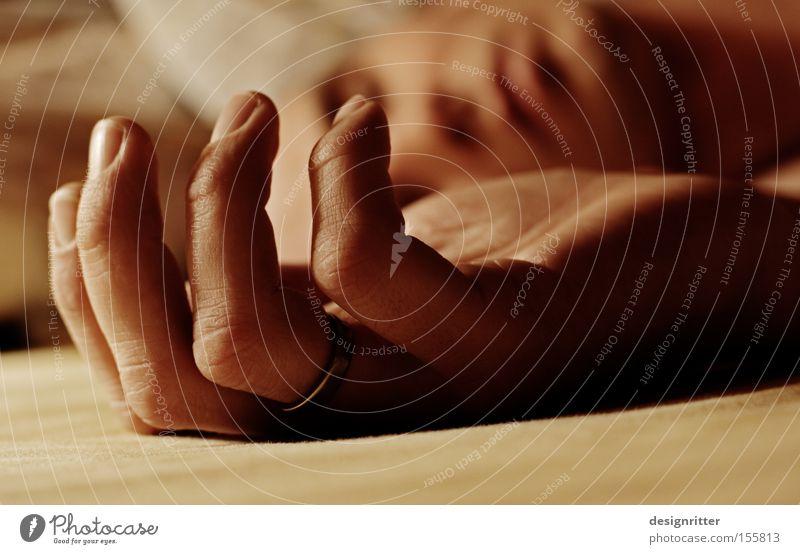 verlassen … Mann Hand träumen Paar schlafen Bett Vertrauen Leidenschaft Partner Ring Ehe ruhen Ehering verheiratet