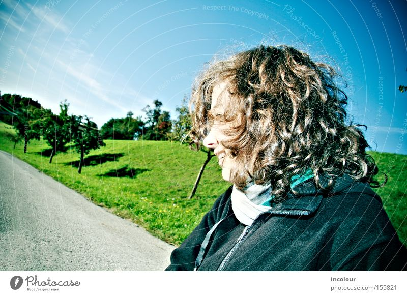 nein! Himmel Wolken grün frisch Wiese Baum Straße Wege & Pfade Feld Grundbesitz Landschaft Hügel Locken Haare & Frisuren Schal Jugendliche