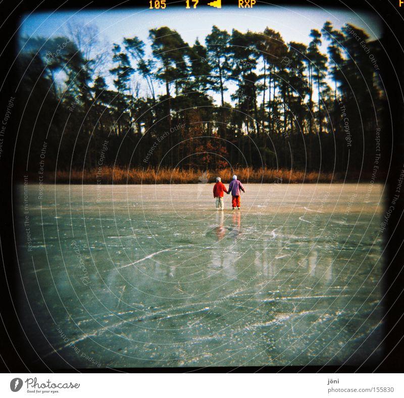 Eisfreunde (2) Schlittschuhe Winter Baum Wald See Freundschaft Zusammensein Reflexion & Spiegelung Spuren Freude Freizeit & Hobby Glätte Holga Wintersport