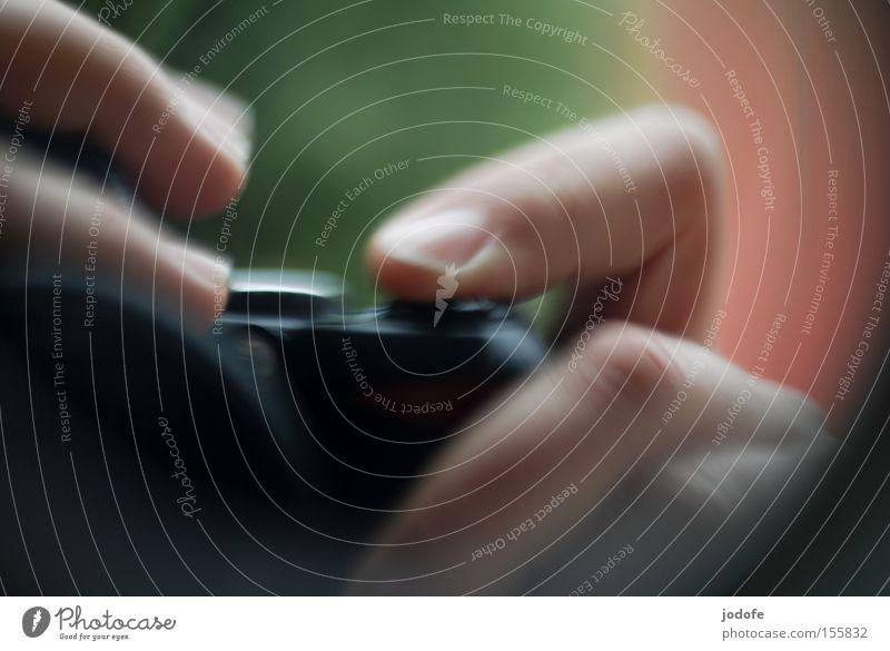 der auslöser. Farbfoto Nahaufnahme Makroaufnahme Experiment Textfreiraum oben Textfreiraum unten Reflexion & Spiegelung Unschärfe Freizeit & Hobby Fotokamera