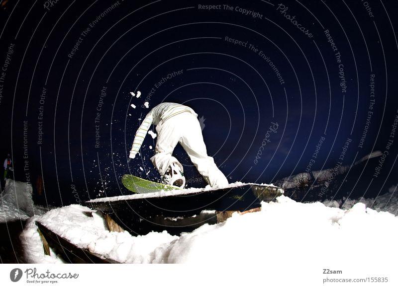 FS tailslide | sour cream and onion Mann Winter Schnee Stil springen Aktion Tisch Bank Snowboard Wintersport rückwärts Freestyle Nachtaufnahme Parkbank Snowboarding Sliden