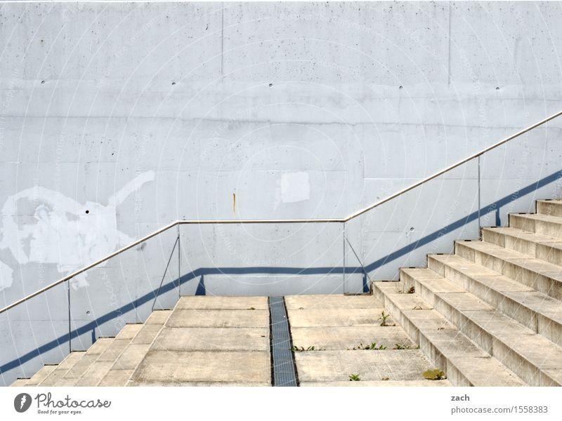 links, rechts, zum Bäcker Stadt Stadtrand Menschenleer Tunnel Mauer Wand Treppe Fassade laufen alt blau Einsamkeit Farbfoto Außenaufnahme Muster