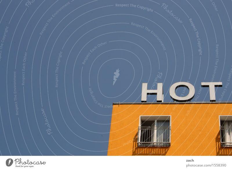 Heißer Scheiß Himmel Stadt blau Haus Fenster gelb Architektur Wand Berlin Mauer Fassade Häusliches Leben Hochhaus Schilder & Markierungen Zeichen