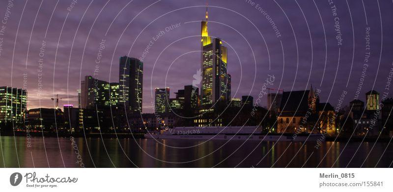 Von außen sieht die Bankenkriese ruhig und friedlich aus Beleuchtung Architektur Hochhaus Fluss Bankgebäude Turm Geldinstitut Nacht Skyline Frankfurt am Main Main Hessen Bürogebäude