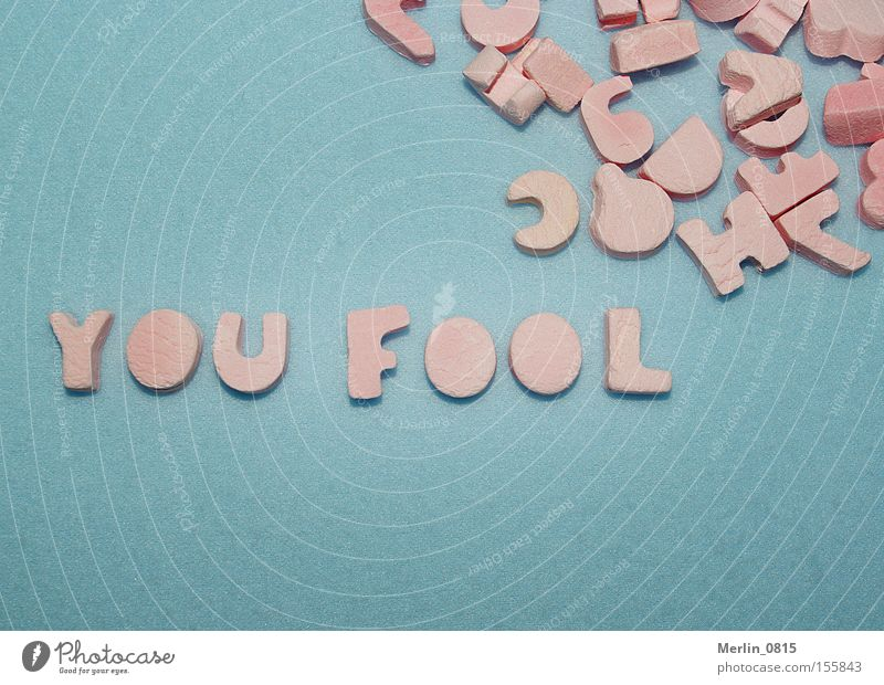 Buchstabenspielerei blau rosa verrückt Schriftzeichen Süßwaren türkis Wort Dummkopf Lateinisches Alphabet Aussage Scrabble Beleidigung