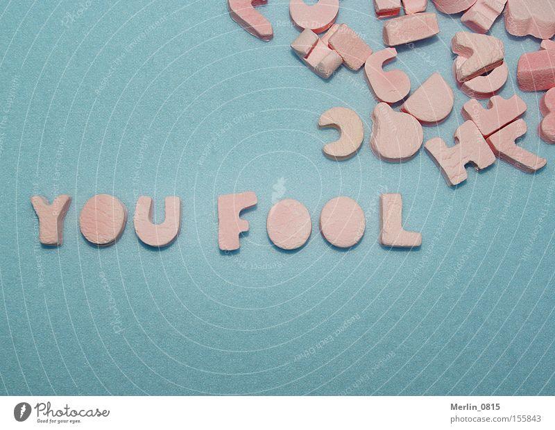 Buchstabenspielerei Lateinisches Alphabet Wort Scrabble Dummkopf verrückt Aussage Beleidigung Süßwaren blau türkis rosa Schriftzeichen Fool Schimpfwort