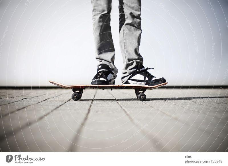 zwischenstop Funsport Freizeit & Hobby Sport Spielen Skateboard Skateboarderin Turnschuh schuhe rollen pausieren beton jugend Spass freizeit ausruhen Ruhe