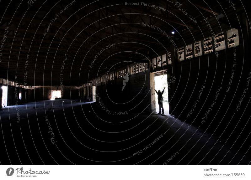 enter the arena Mensch Mann Einsamkeit dunkel Raum Industrie Industriefotografie Fabrik verfallen schäbig Lagerhalle Halle Saal Leerstand