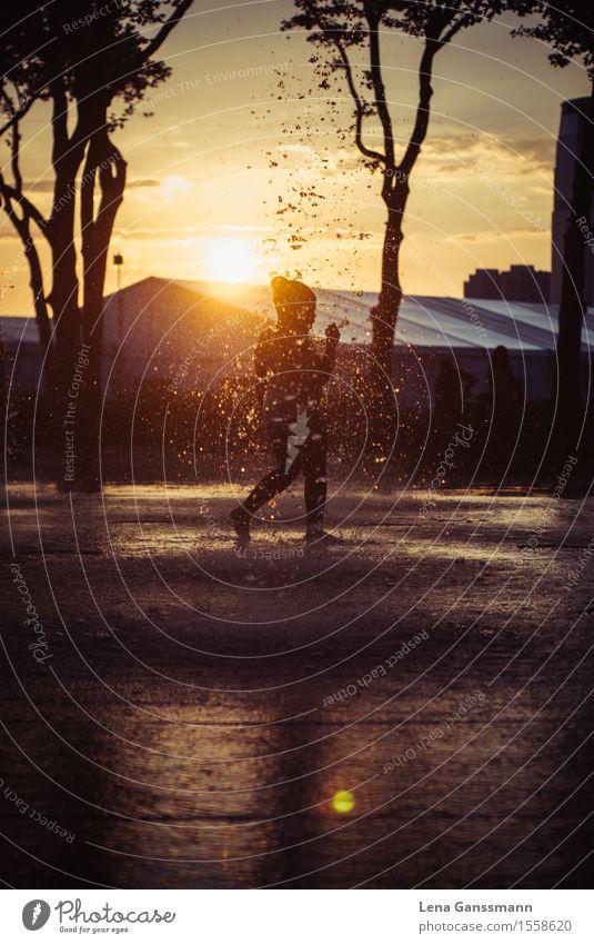 Erfrischung im Spätsommer Spielen Kinderspiel Sommer Sommerurlaub Sonne Schwimmen & Baden Kindheit 1 Mensch 8-13 Jahre Wasser Wassertropfen Sonnenaufgang