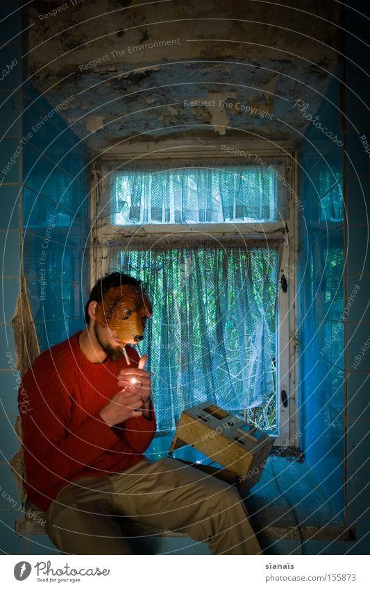 erstmal eine rauchen... Mann Fenster Hund sitzen Pause Rauchen Maske Fliesen u. Kacheln verfallen obskur Zigarette Verfall dumm Surrealismus Freak Gardine