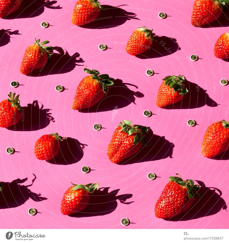 erdbeeren und reißzwecken Lebensmittel Frucht Erdbeeren Ernährung Reißzwecken ästhetisch außergewöhnlich lecker süß rosa rot Zukunftsangst gefährlich bizarr