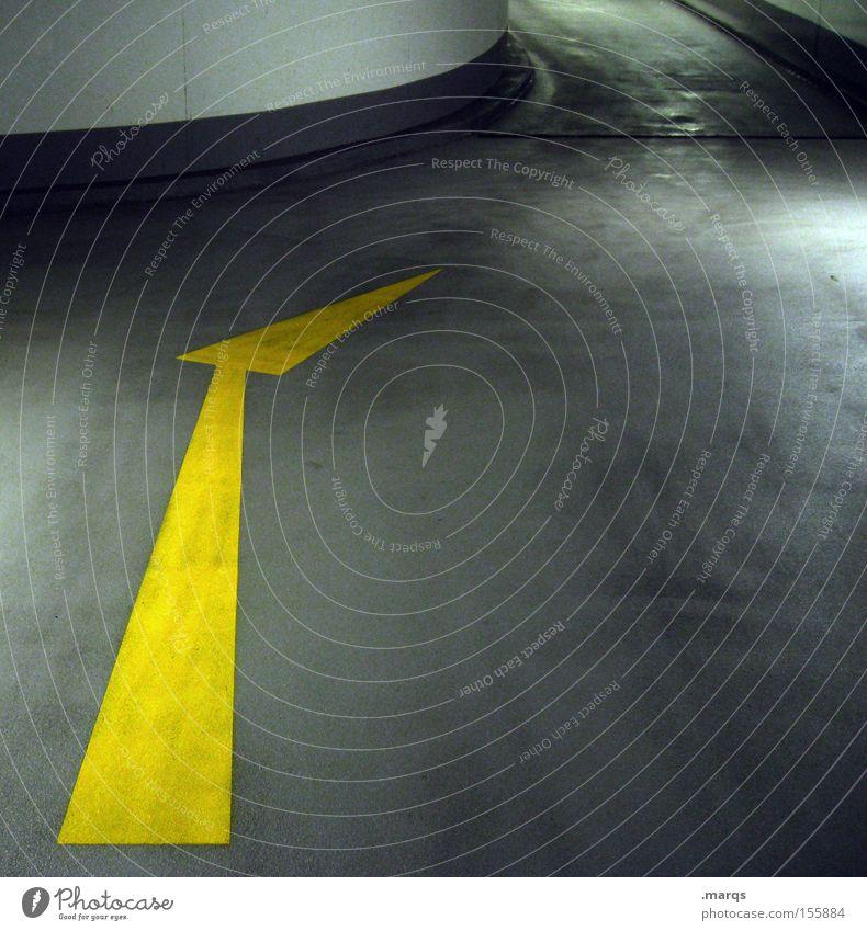 Die Biege machen Farbfoto Gedeckte Farben Innenaufnahme Textfreiraum rechts Parkhaus Gebäude Verkehr Verkehrswege Straße Schilder & Markierungen Pfeil fahren