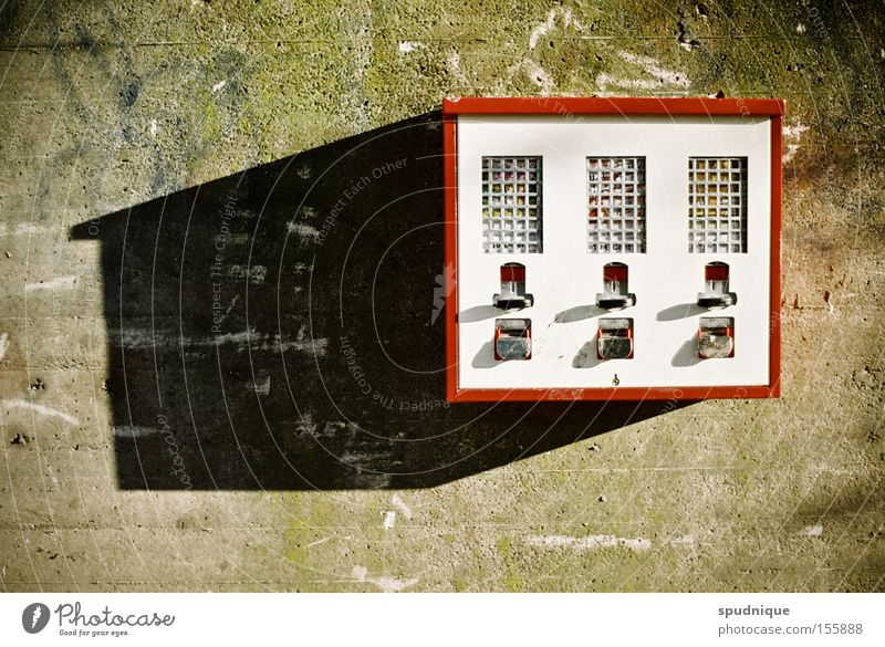Gummi kauen. Stadt Wand grau Mauer Beton Ernährung Kindheit Kasten Süßwaren Kaugummi Automat Krimskrams