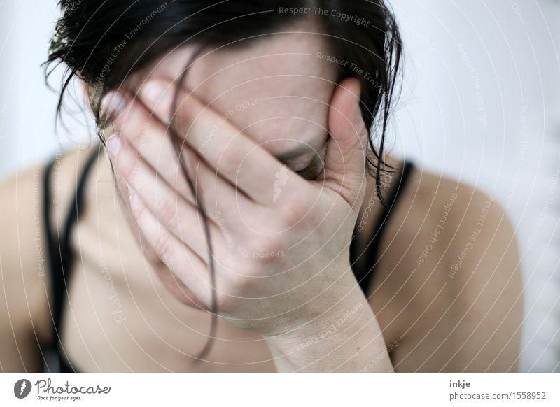 Schluß Frau Erwachsene Leben Kopf Haare & Frisuren Gesicht Hand 1 Mensch Traurigkeit weinen hell Gefühle Stimmung Sorge Trauer Schmerz Einsamkeit Erschöpfung