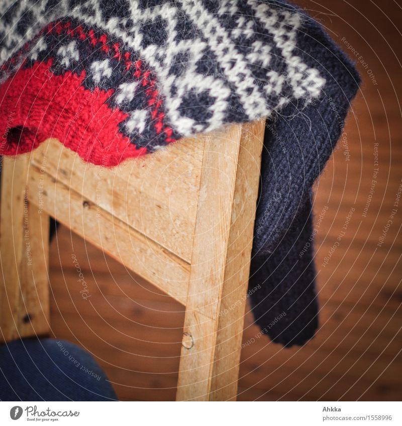 Wärmeversprechen III blau weiß Erholung rot ruhig Wärme Holz Design Häusliches Leben Stuhl Wohlgefühl hängen gemütlich Pullover nordisch Winterurlaub